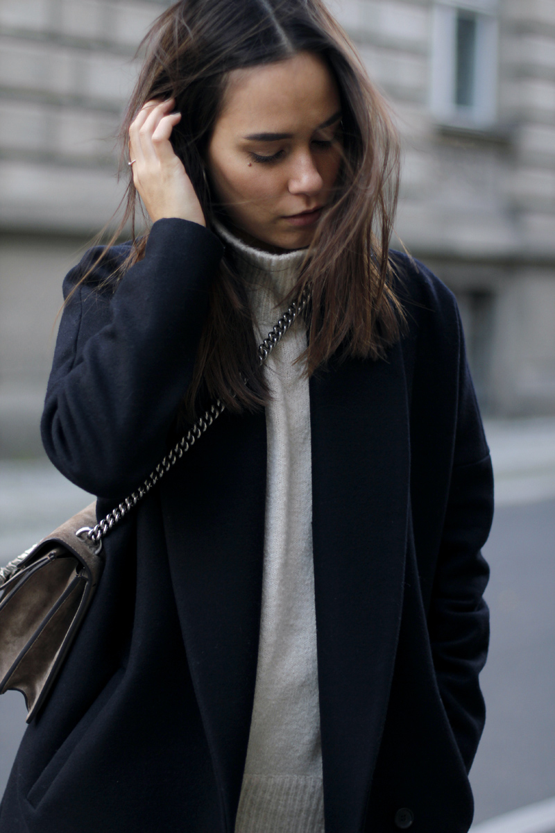 Nisi is wearing: Gucci Dionysus Bag, flared trousers from Warehouse, oversized coat from All Saints and high neck sweater from Gina Tricot